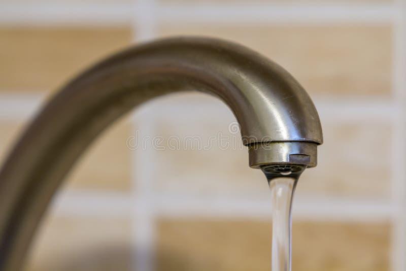 Water die van de tapkraan in de keuken stromen royalty-vrije stock foto's