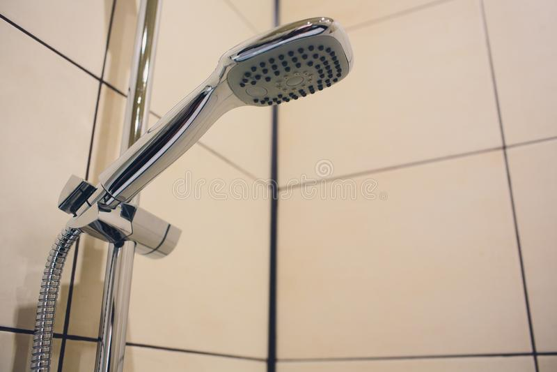 Water die van douchehoofd lopen in badkamers met donkere zwarte achtergrond Eenvoudig modieus en modern Skandinavisch huis royalty-vrije stock foto