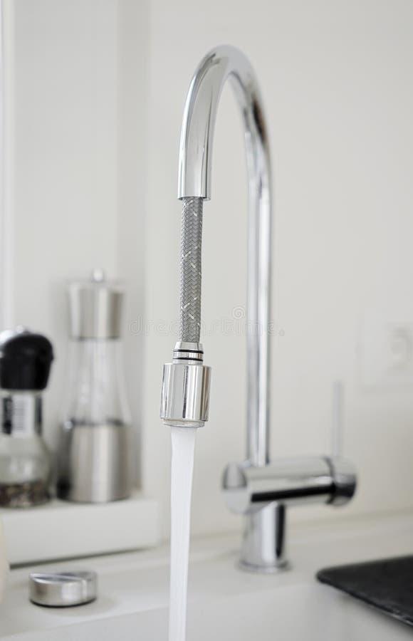 Water die van keukenpijp lopen stock afbeeldingen