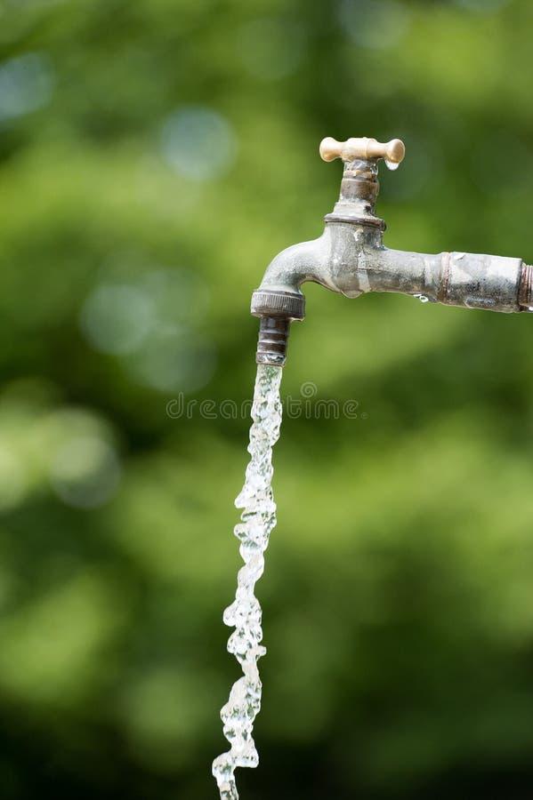 Water die van open kraan vallen royalty-vrije stock afbeelding