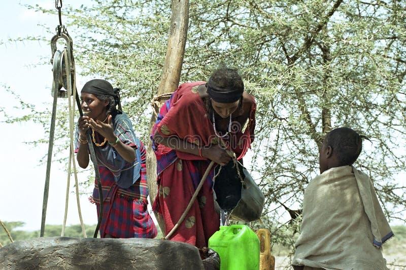 Water die Verafgelegen vrouwen in oostelijk Ethiopië halen stock fotografie