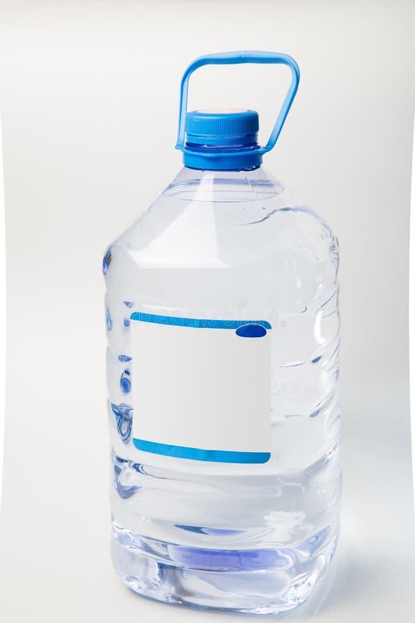 Water in een transparante plastic lay-out van het flessenclose-up royalty-vrije stock foto