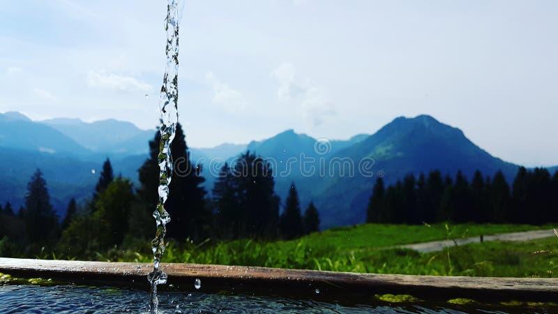 Water en de bergen stock afbeeldingen