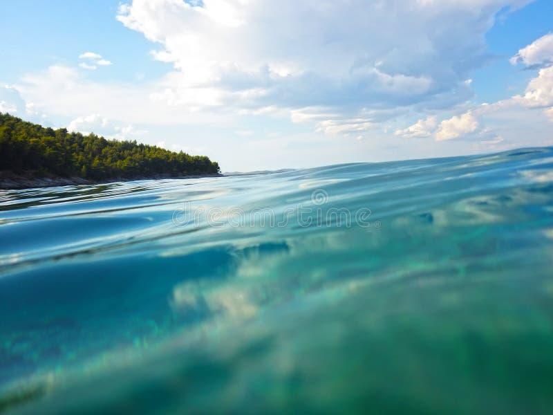 Water en hemelbezinning stock foto