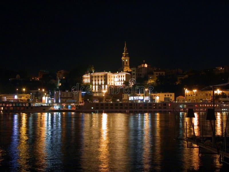 Water en licht in de nacht van Belgrado royalty-vrije stock afbeelding