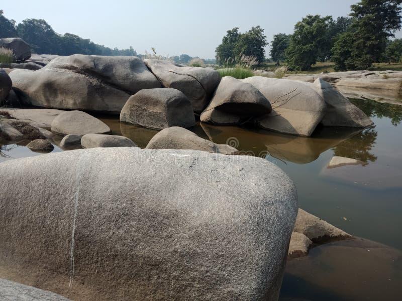 Water en rotsen geweven achtergrond, aardlandschap stock foto