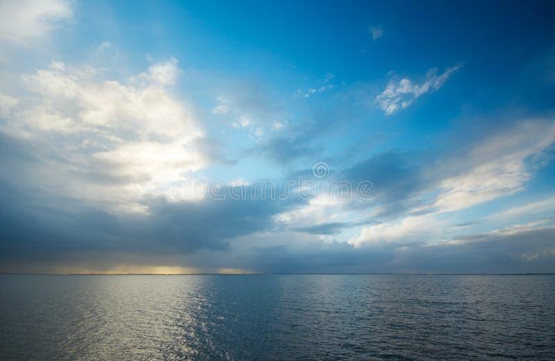 Water en wolken royalty-vrije stock foto