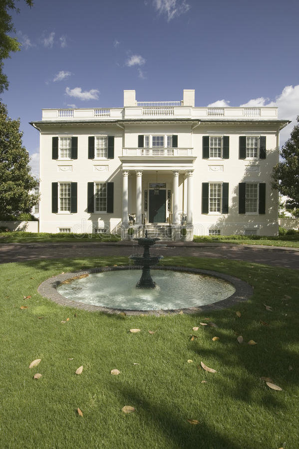 Water fountain and Virginia Governor s Mansion