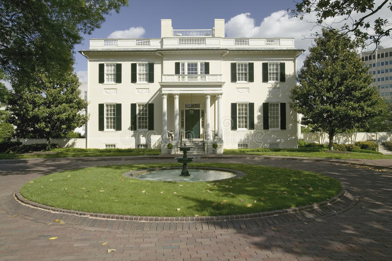 Download Water Fountain And Virginia Governor's Mansion Editorial Stock Image - Image: 27072474