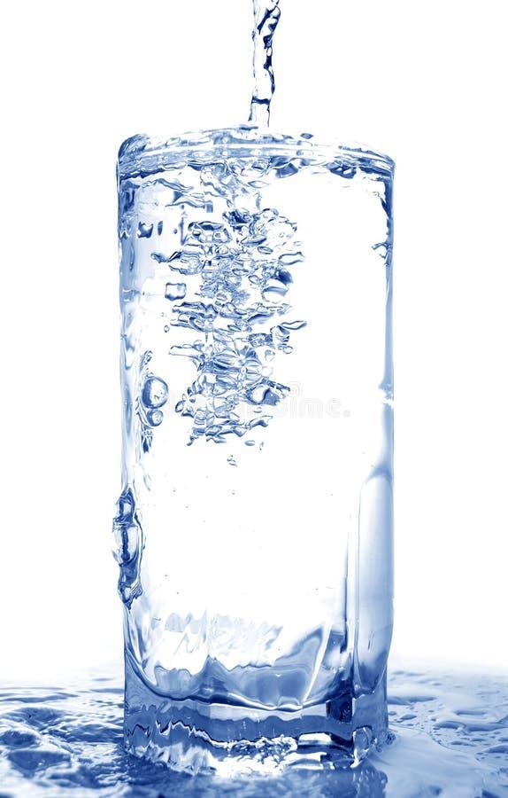 Water in glas wordt gegoten dat royalty-vrije stock fotografie