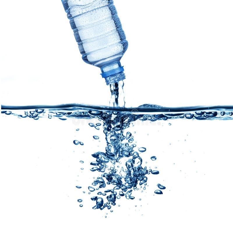 Water häller från bevattnar buteljerar royaltyfri foto