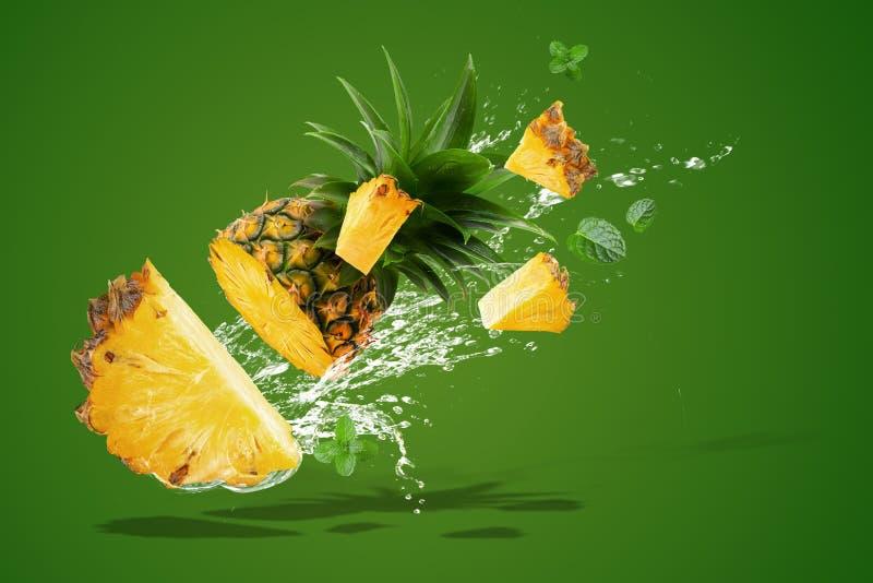 Water het Bespatten op Verse Ananas is tropisch die fruit op Groene achtergrond wordt geïsoleerd royalty-vrije stock afbeeldingen