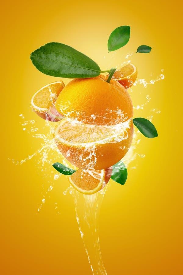 Water het bespatten op Verse Gesneden sinaasappelen †‹â€ ‹en Oranje fruit op Oranje achtergrond stock foto's