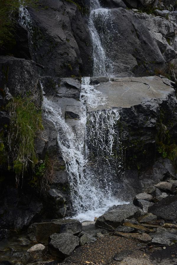 Water het bespatten van rotsen met groen mos royalty-vrije stock afbeeldingen