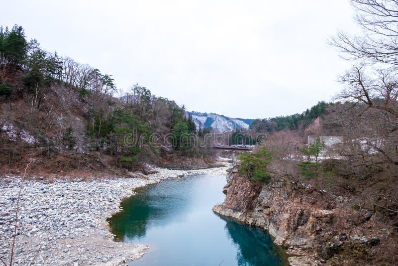 Water in het kanaal naast de berg, die wordt verminderd stock fotografie