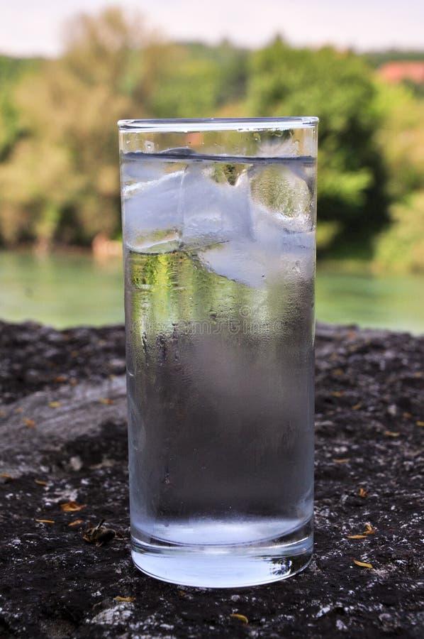 WATER, ijs, koud water, glas water, glas water, verfrissing, het leven, gezondheidsdorst royalty-vrije stock foto's