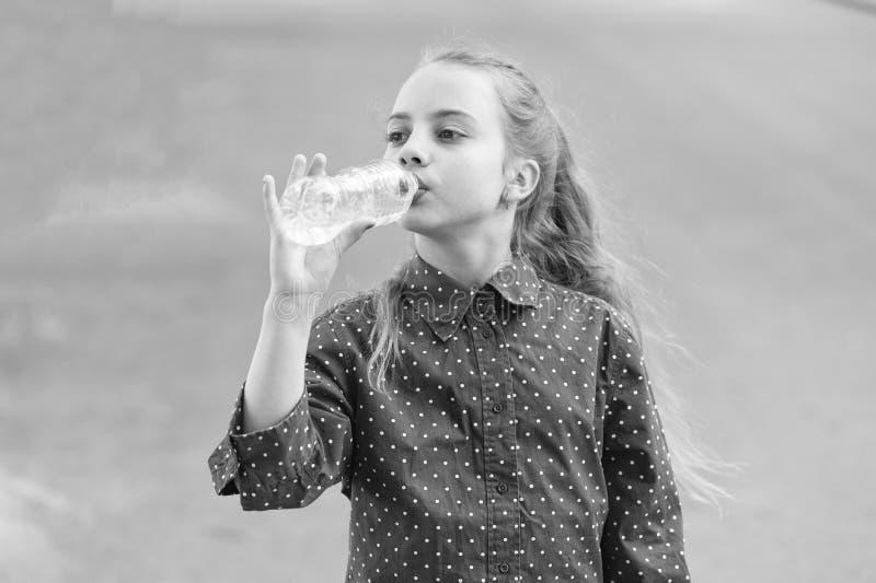 Water is leven Dorst kind drinkt zoet water uit plastic flacon Klein meisje dat drinkt uit de fles water royalty-vrije stock afbeelding