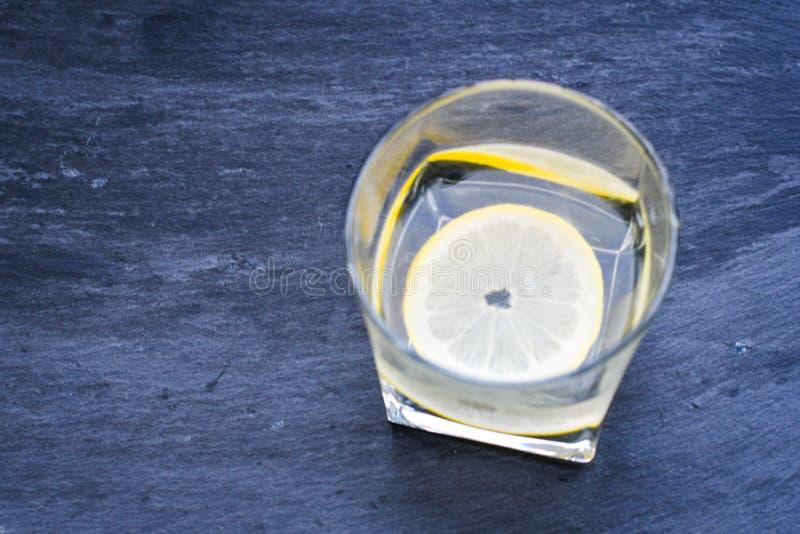 Water met citroen royalty-vrije stock afbeeldingen