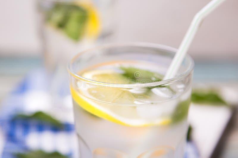 Water met citroen royalty-vrije stock fotografie