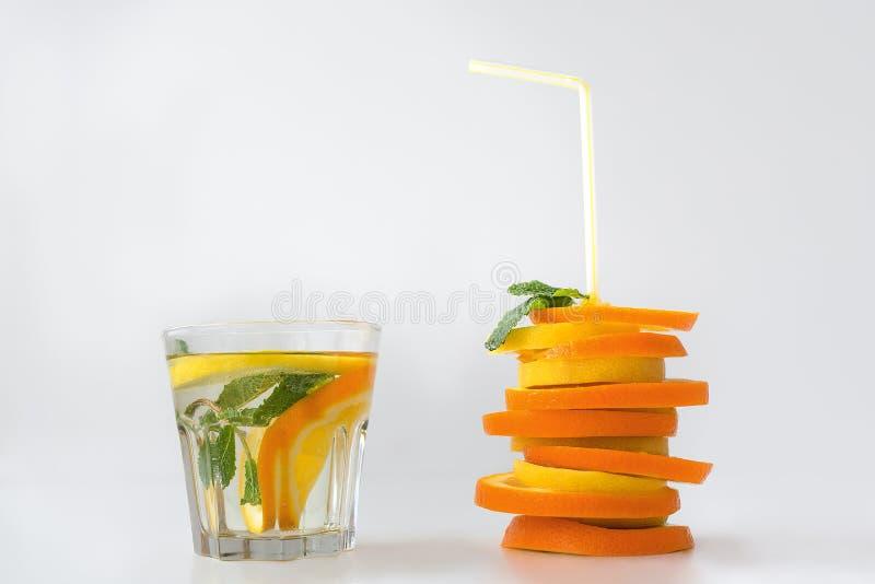 Water met citroensinaasappel royalty-vrije stock fotografie
