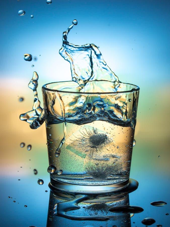 Water met ijs, nevel en plons, een koude verfrissende drank royalty-vrije stock afbeeldingen