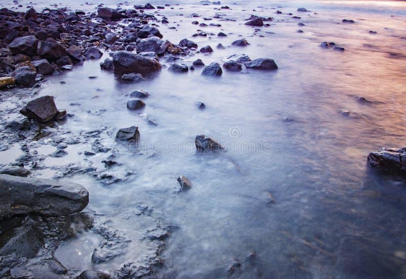 Water met mist op het overzees met rotsen stock foto's