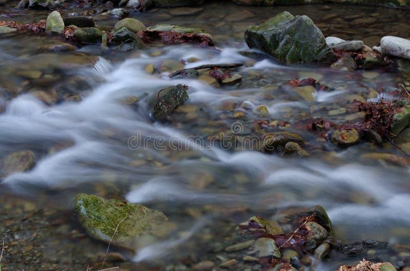 Water met rotsen royalty-vrije stock fotografie