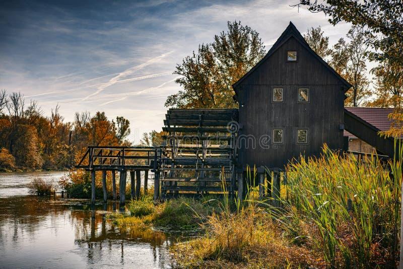 Water Mill en automne photographie stock libre de droits
