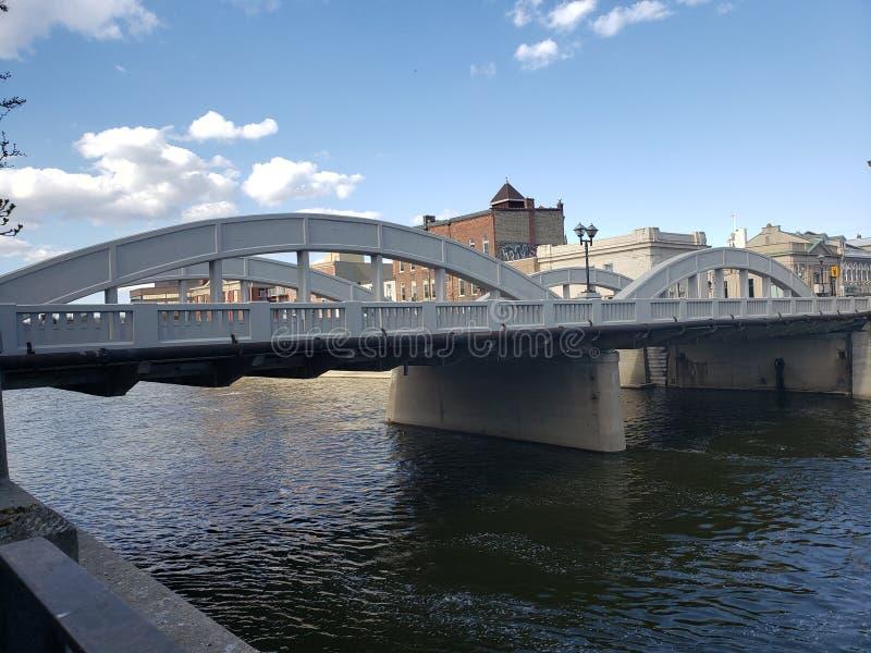 Water onder de brug Slechts ding is het missen een boot stock fotografie