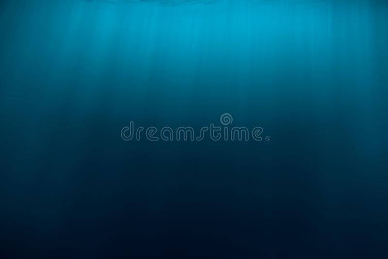Water onderwater en zonstralen Blauwe oceaan in onderwater stock foto
