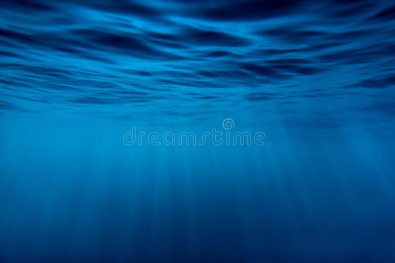 Water onderwater en zonstralen Blauwe oceaan in onderwater royalty-vrije stock afbeeldingen