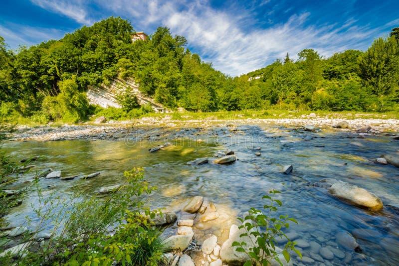 Water op rivierstenen stock fotografie