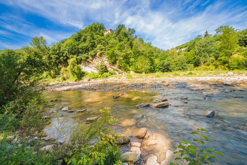Water op rivierstenen stock afbeeldingen