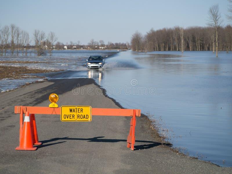 Water over Overstroomde Weg stock afbeelding