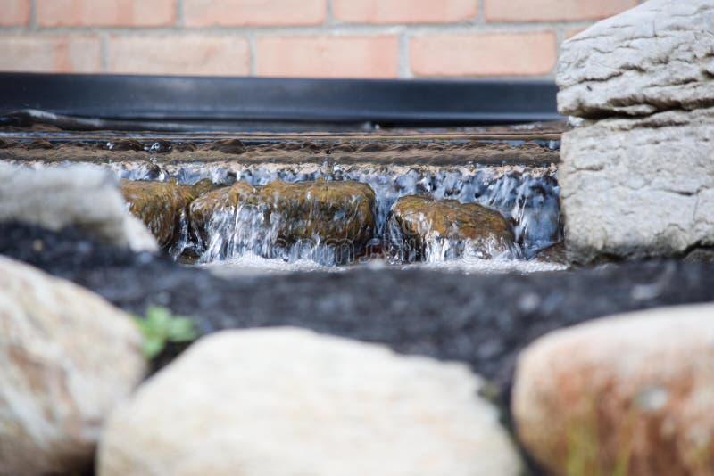 Water over rotsen stock foto's