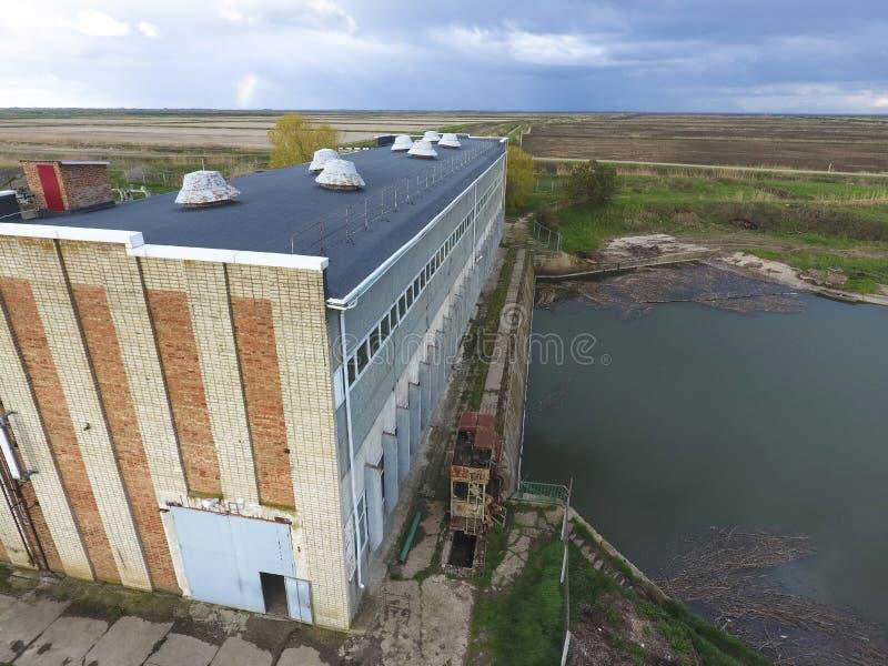 Water pompstation van irrigatiesysteem van padievelden Mening stock afbeeldingen