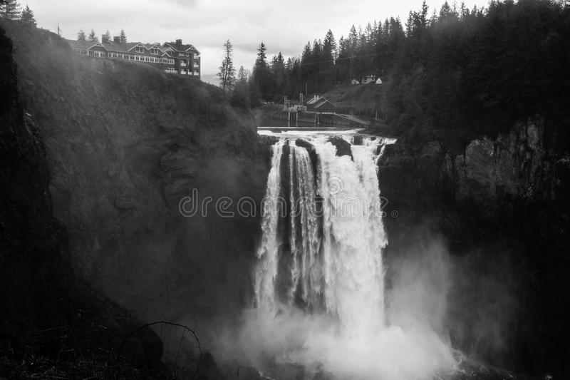 Snoqualmie Falls B/W. The Water of the Snoqualmie river tumbles over the edge with the hotel used to film the show `Twin Peaks` above in the background stock photos