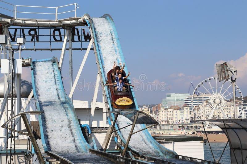 Wateraantrekkelijkheden in Brighton Pier, Groot-Brittanni? stock afbeeldingen