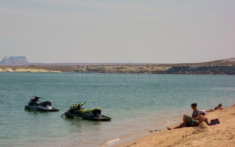 Wateractiviteit bij een populaire vakantiebestemming in de woestijn stock afbeelding