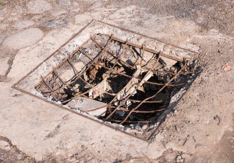 Waterafvoerkanaal of sloot op de weg De rooster van het gotenafvoerkanaal, afvoerkanaal cov royalty-vrije stock fotografie