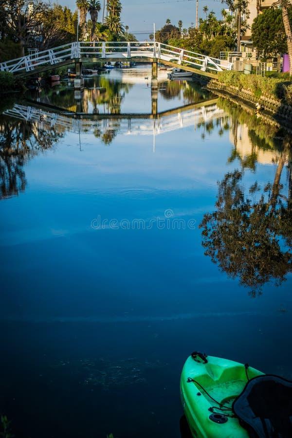Waterbezinningen van overspannen brug over de kanalen van Venetië in Californië royalty-vrije stock afbeeldingen
