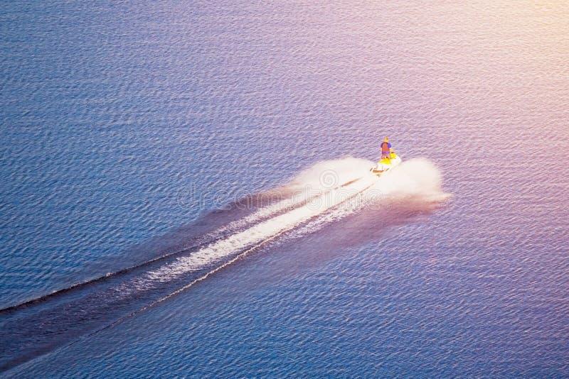 Waterbike,船只在s照亮的水漂浮 库存照片