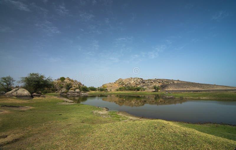 Waterbody und Felsenlandschaft von Bera, Rajasthan, Indien stockbilder