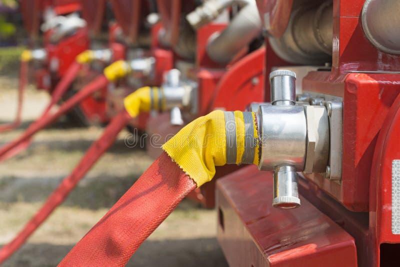 Waterbrandslang met vrachtwagen stock afbeeldingen