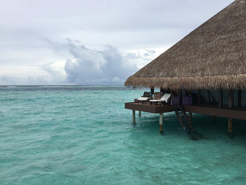 Waterbungalowwen bij het eiland van de het strandtoevlucht van de Maldiven stock foto's