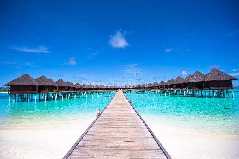 Waterbungalowwen en houten pier op de Maldiven royalty-vrije stock foto