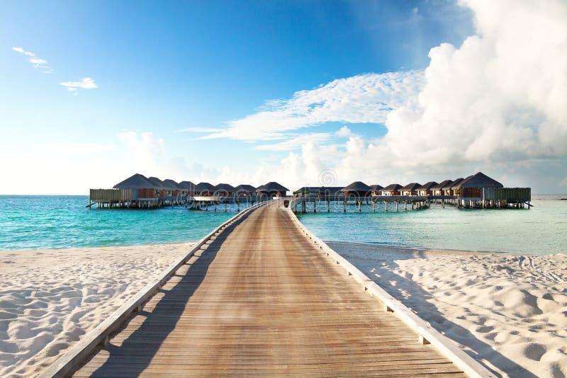 Waterbungalowwen op de Maldiven Luxevakantie stock foto's