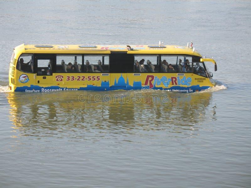 Waterbus in Boedapest royalty-vrije stock afbeeldingen