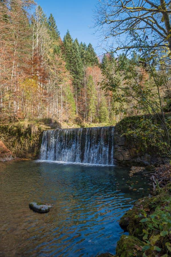 Watercascade bij sollbachrivier in de herfst stock afbeelding