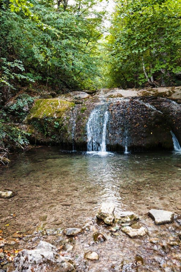 Watercascade op rivier ulu-Uzen in Haphal-Kloof royalty-vrije stock afbeeldingen